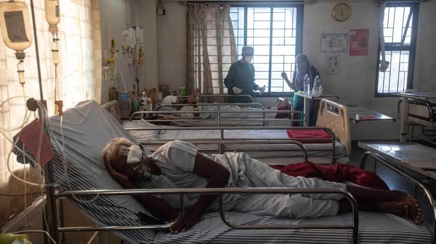Pacientes com mucormicose, também chamado de fungo negro, são tratados em hospital da Índia