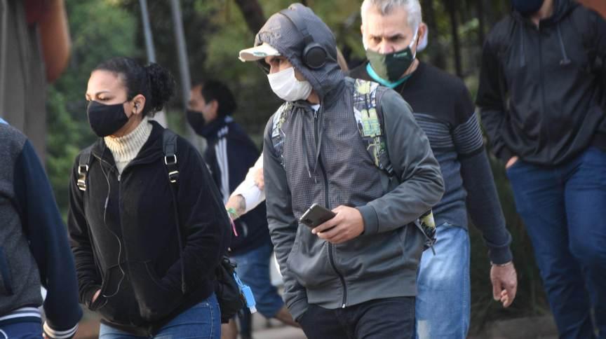 Pedestres a caminho do trabalho se protegem do frio nesta manhã de terça-feira (25), nas proximidades da estação da CPTM Villa Lobos-Jaguaré, na zona oeste de São Paulo