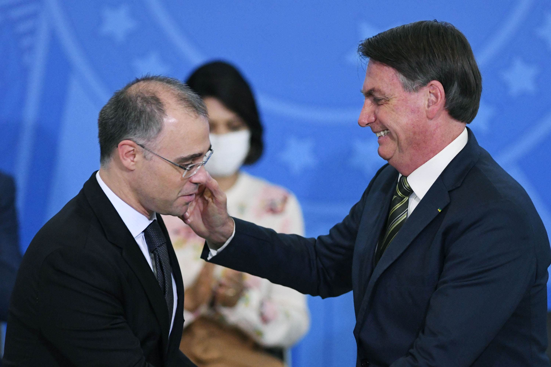 Jair Bolsonaro abraça André Mendonça