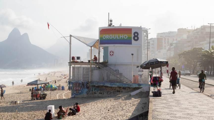 """Posto 8, em Ipanema, estampa a palavra """"Orgulho"""" junto das cores da bandeira da comunidade LGBT+"""