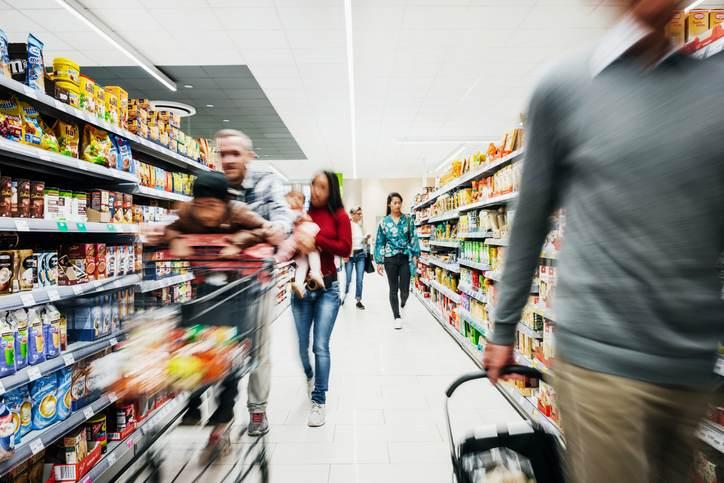 Pessoas fazem compras em supermercado