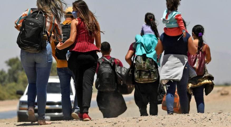 Foto de arquivo -- Migrantes em parte da fronteira dos Estados Unidos com o México