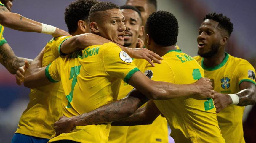 Jogadores comemoram gol da seleção brasileira na Copa América