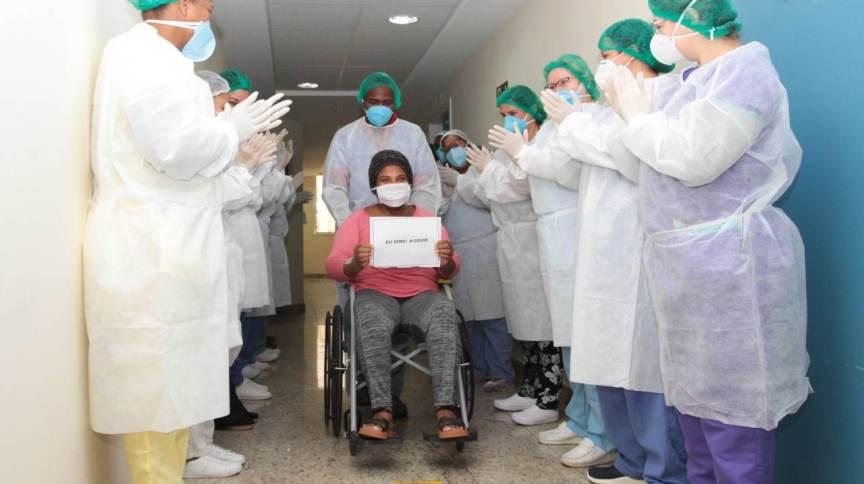 Paciente recebe alta hospitalar após internação por Covid-19