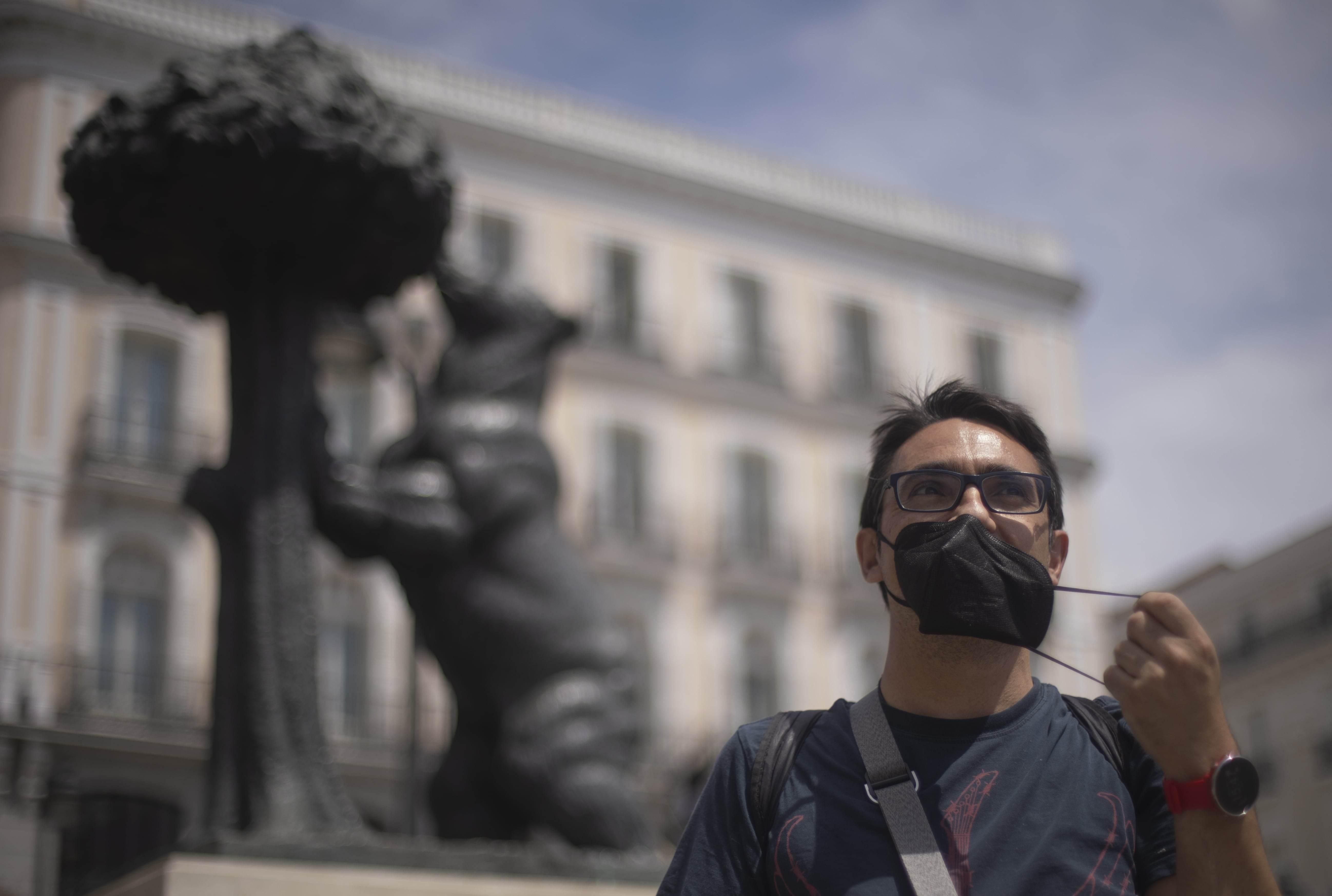 Homem tira máscara em Madrid, na Espanha