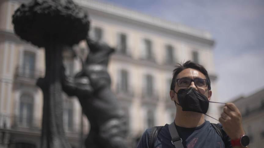 Homem tira máscara de proteção