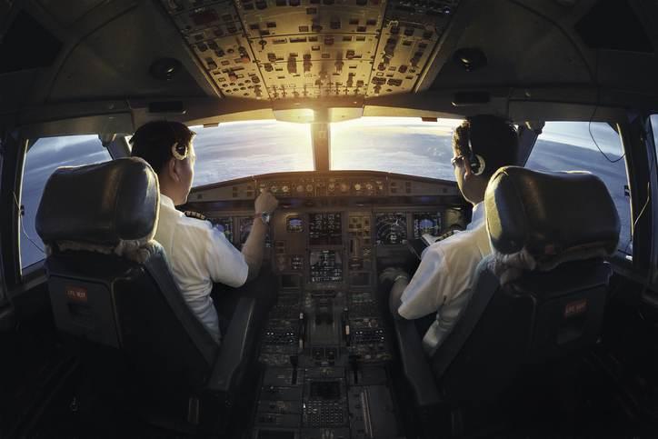 Pilotos na cabine de um avião