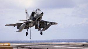 Ação popular tenta barrar sucateamento de antigo porta-aviões da Marinha
