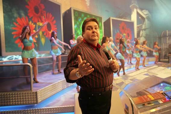 Fausto Silva apresenta o Domingão do Faustão, em 2004. Como um parente bonachão, ele entrou na casa dos brasileiros por mais de trinta anos