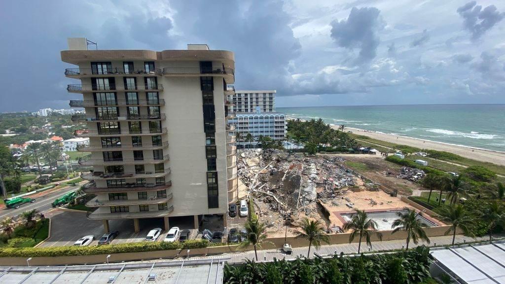 Flórida: de prédio vizinho é possível observar escombros após desabamento