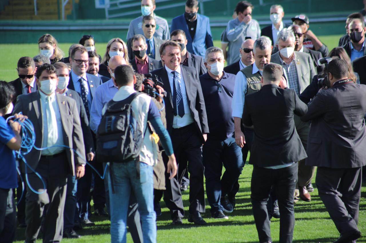 O presidente Jair Bolsonaro (C) visita a Arena Condá, em Santa Catarina