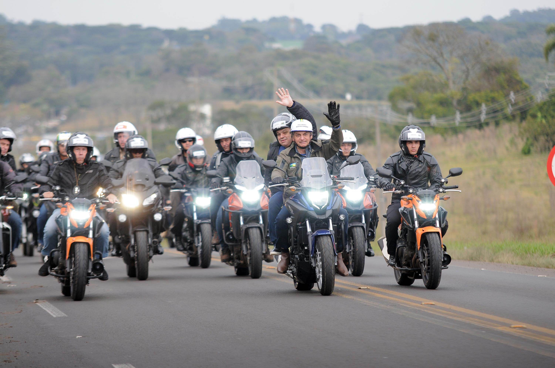 Bolsonaro participa de passeio de moto com apoiadores em Chapecó, SC