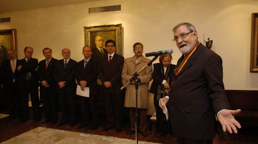 O político José Paulo Bisol diante do microfone; em 2009, ele foi agraciado pela Assembleia Legislativa do RS com a Medalha do Mérito Farroupilha
