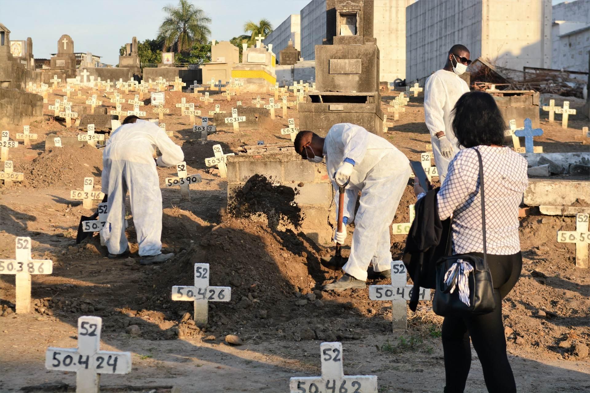 Vítima de Covid-19 é enterrada em cemitério no Rio de Janeiro
