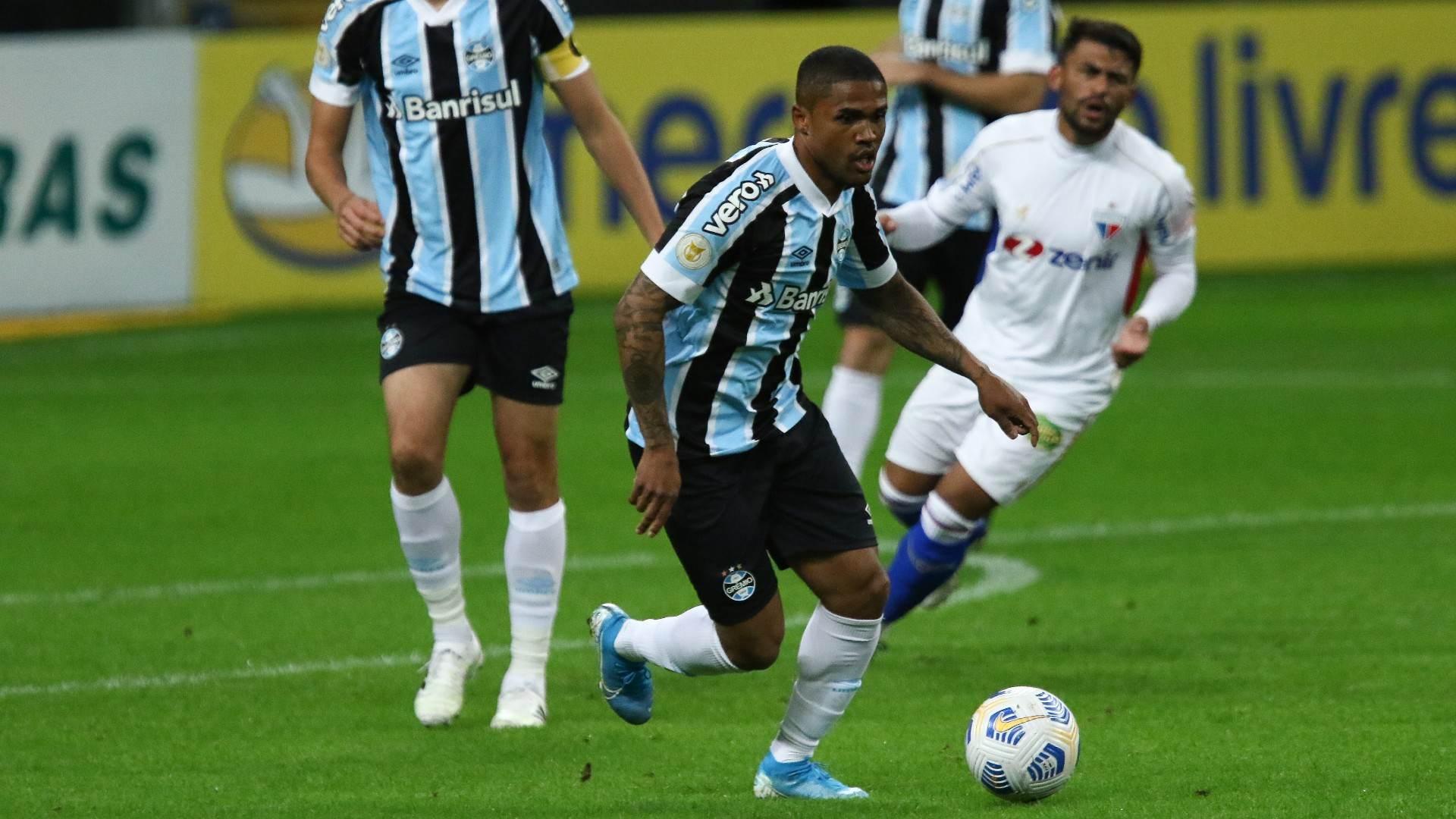 Douglas Costa fez sua estreia como titular pelo Grêmio