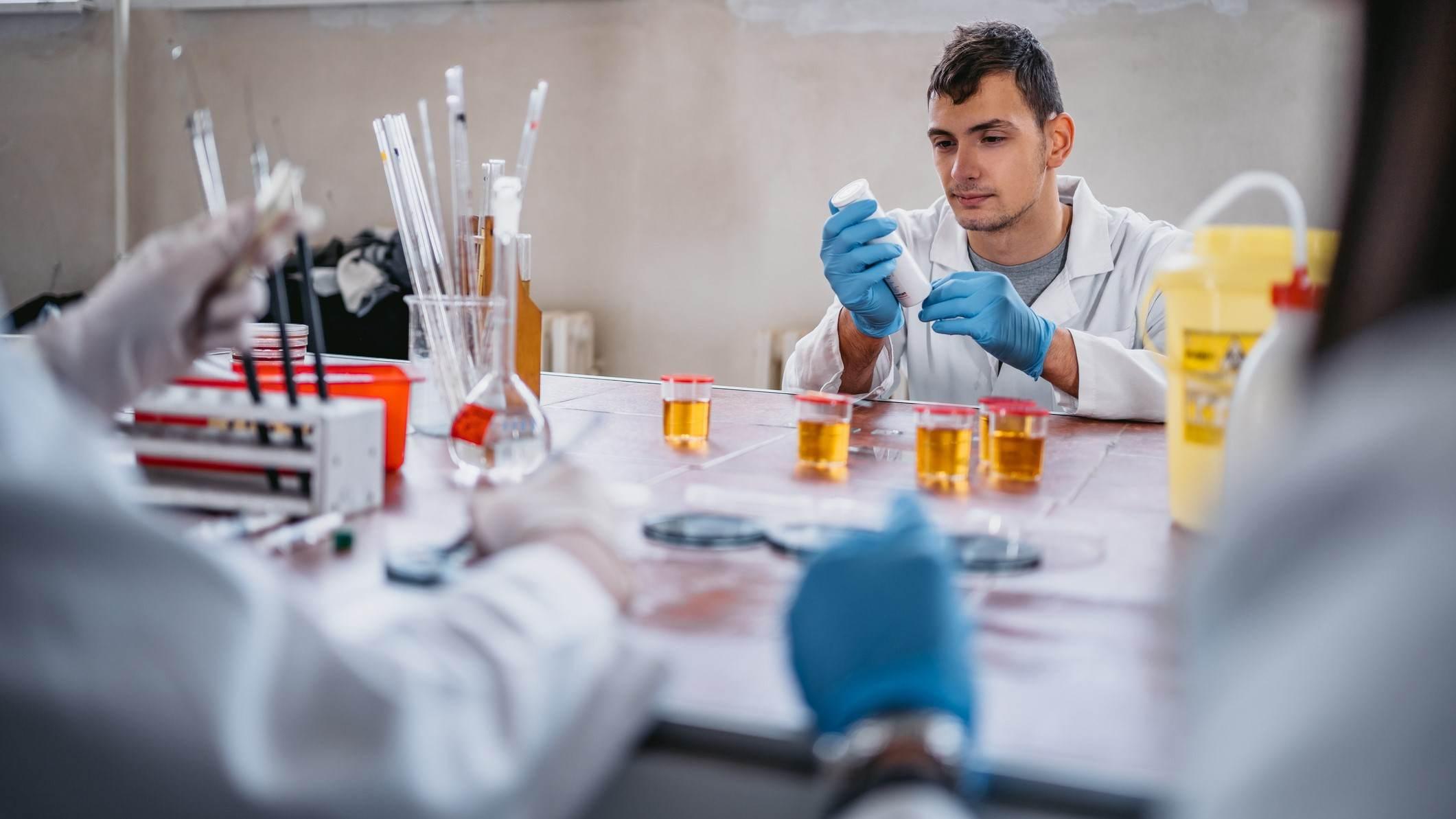 Amostras de urina e de sangue são testadas por laboratórios credenciados à WADA