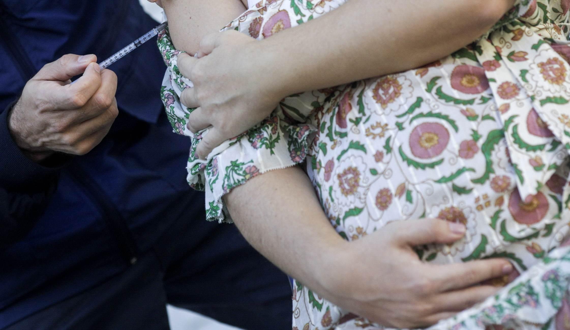 Grávida é vacinada contra Covid-19 no Rio de Janeiro