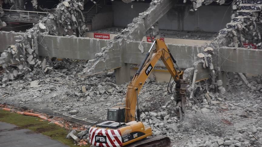 """Escavadeira derruba o """"tobogã"""" durante obras da Concessão do Estádio do Pacaembu, nesta terça-feira (29)"""