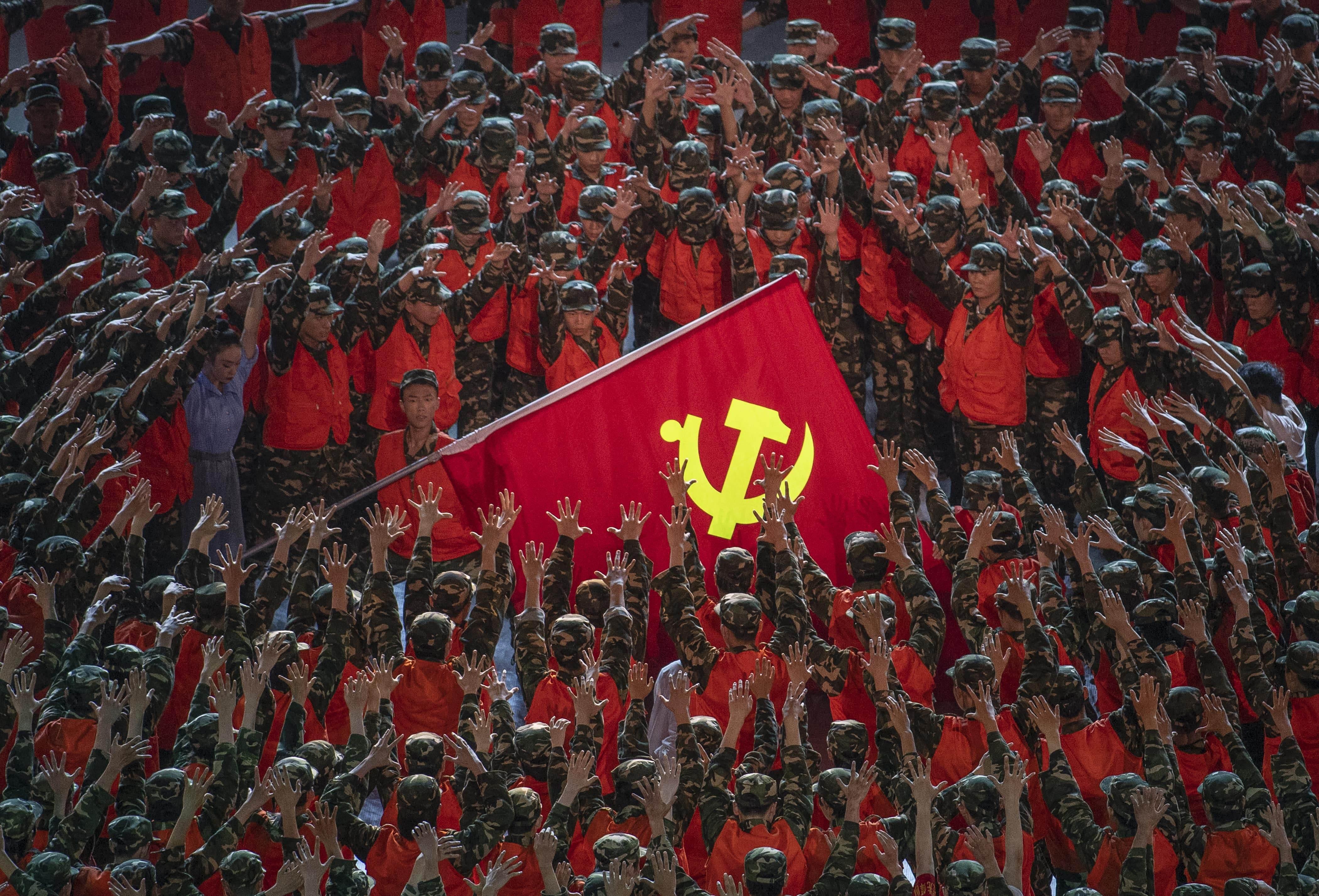 Artistas durante comemoração do centenário do Partido Comunista da China