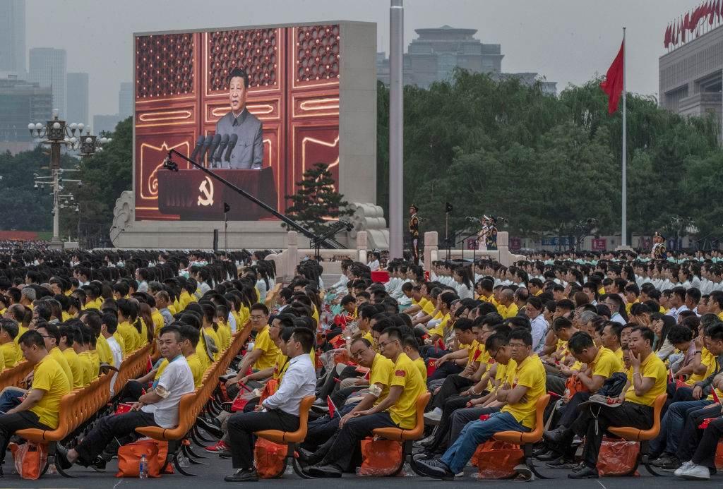Pessoas assistem discurso de Xi no centenário do Partido Comunista Chinês
