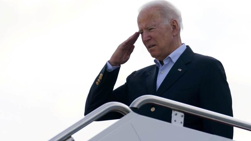 Presidente dos EUA, Joe Biden, embarca no avião presidencial rumo a Surfside, na Flórida, em 01/07/2021