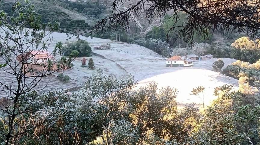 A paisagem ficou predominantemente branca após madrugada gelada no Parque Nacional do Itatiaia