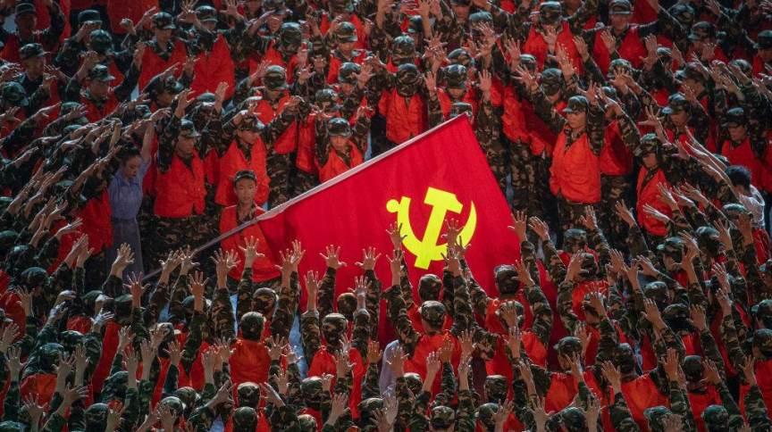 Artistas no papel de socorristas se reúnem em torno de uma bandeira do Partido Comunista durante uma apresentação de gala antes do 100º aniversário da fundação do Partido Comunista Chinês em Pequim na segunda-feira, 28 de junho de 2021