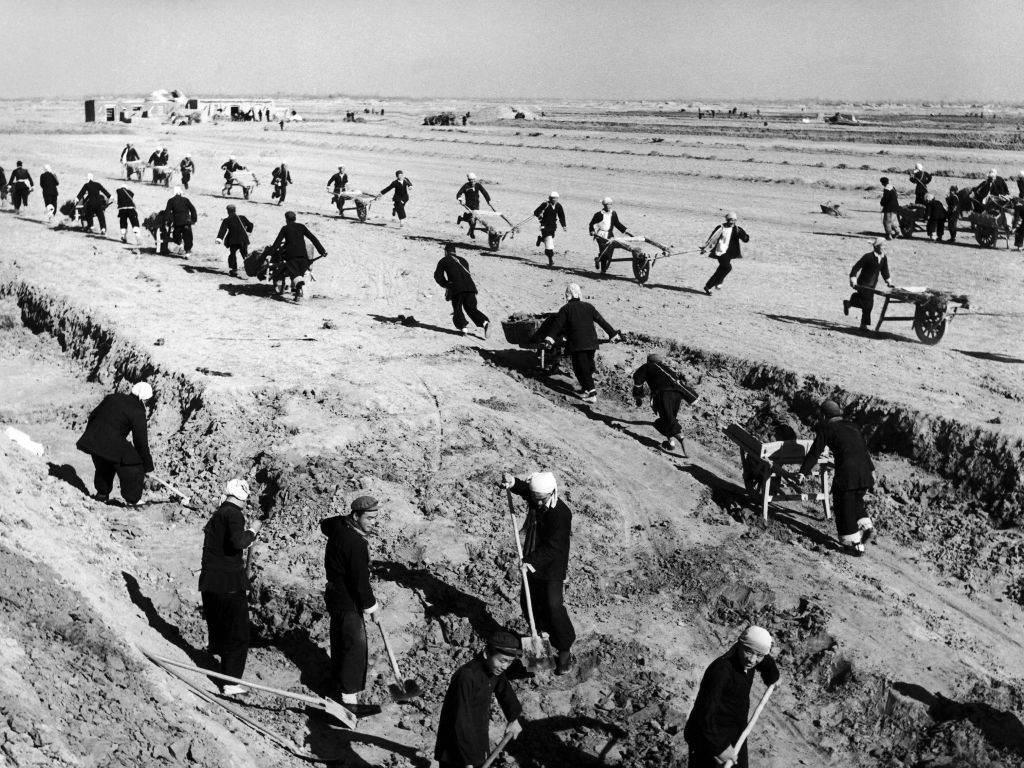 Agricultores chineses trabalham em uma fazenda comunitária na década de 1950