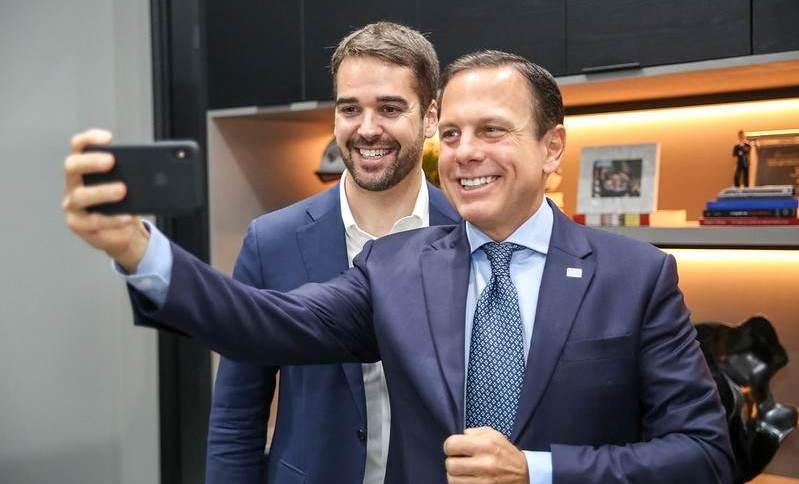Governador João Doria, de São Paulo, tira selfie com o governador Eduardo Leite, do Rio Grande do Sul