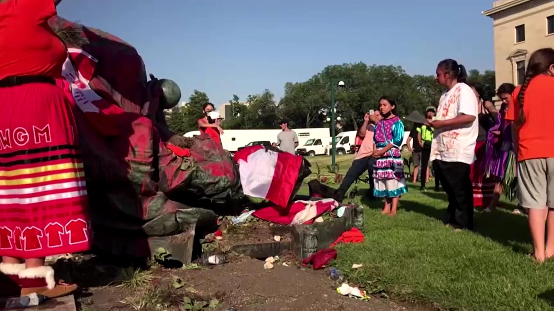 Manifestantes derrubam estátuas da rainha Vitória e rainha Elizabeth II no Cana