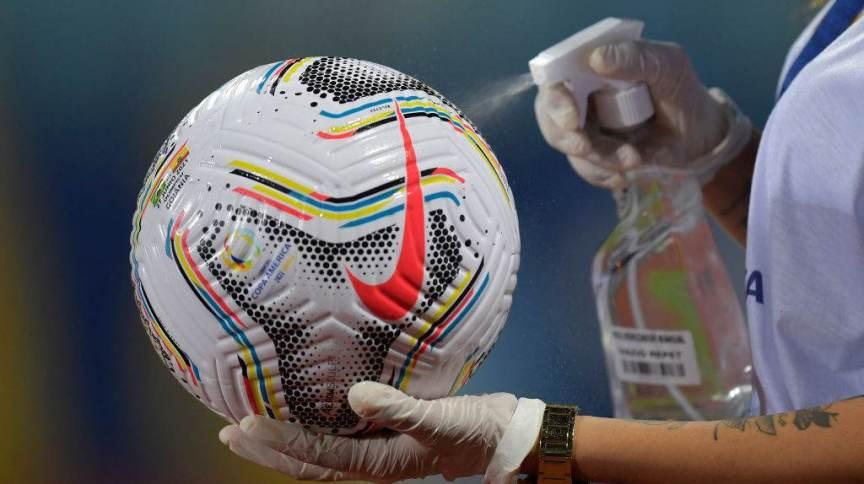 Bola para a partida entre Brasil e Equador é higienizada antes do início do jogo