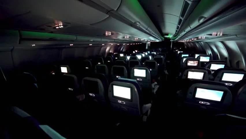 Cabine de avião escura; luzes apagadas