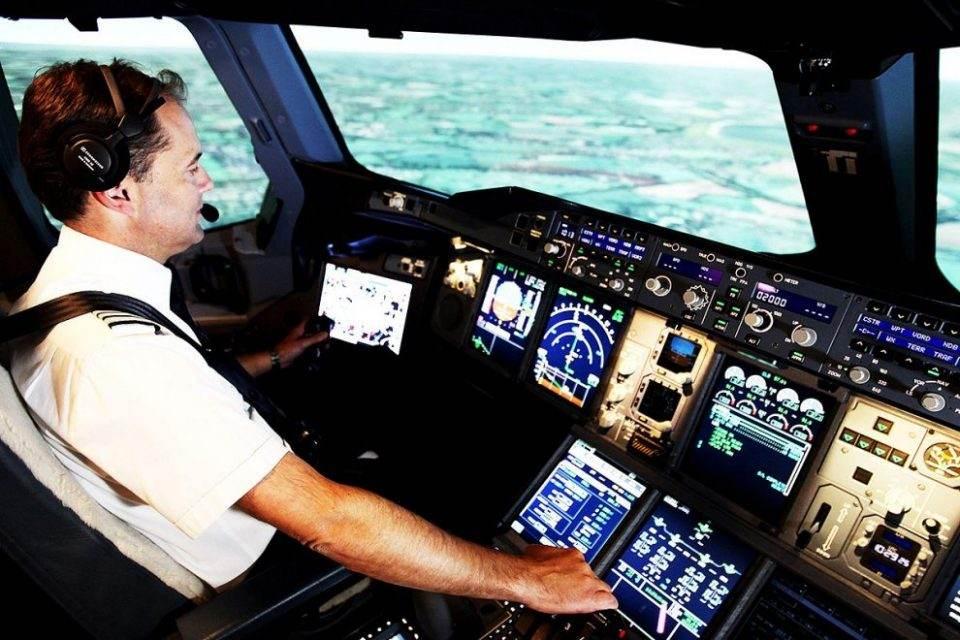 Comandante na cabide do avião