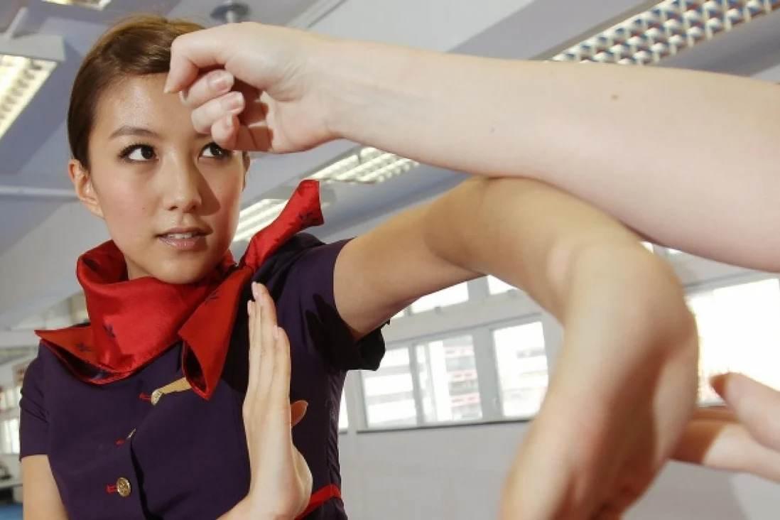 Comissária de bordo dando instruções de voo