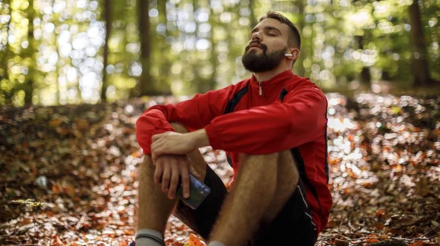 Contar respirações profundas de trás pra frente é uma técnica meditativa rápida e fácil que ajuda a concentrar a mente