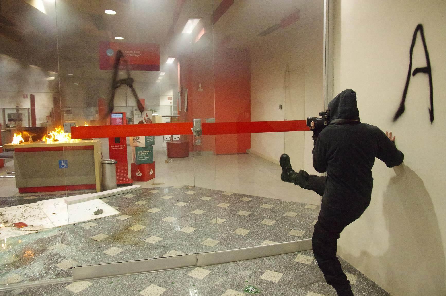 Blackblocks depredam agência bancária na rua da Consolação após protesto contra