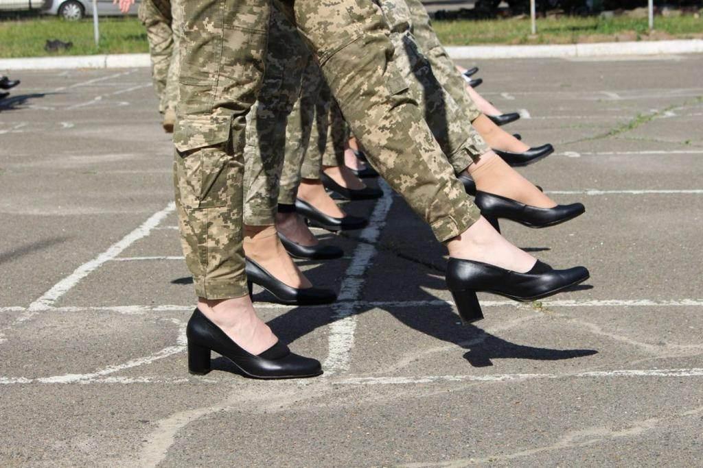 Cadetes ucranianas marcham de salto alto/Divulgação