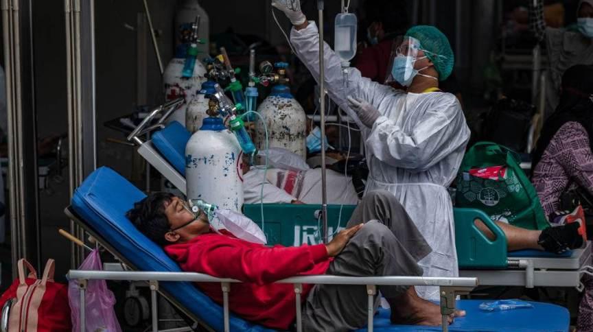 Enfermeira trata paciente com Covid-19 em hospital de Jacarta, capital da Indonésia