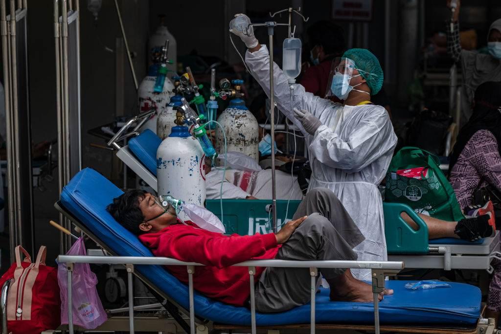 Enfermeira trata paciente com Covid-19 em hospital de Jacarta, capital da Indoné