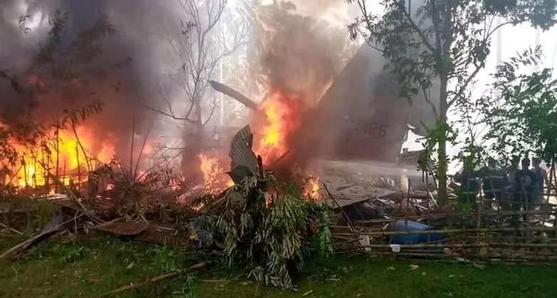 Destroços do avião após queda nas Filipinas