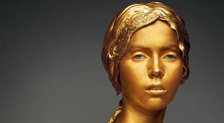"Atriz reproduz ""Angelica e Rogero"", escultura do século XIX de Antoine-Louis"