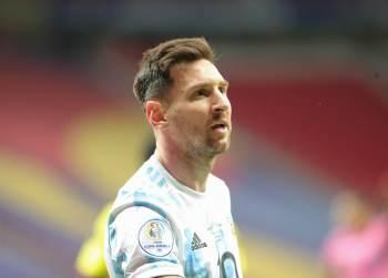 O astro argentino deixou o Barcelona por obstáculos contratuais