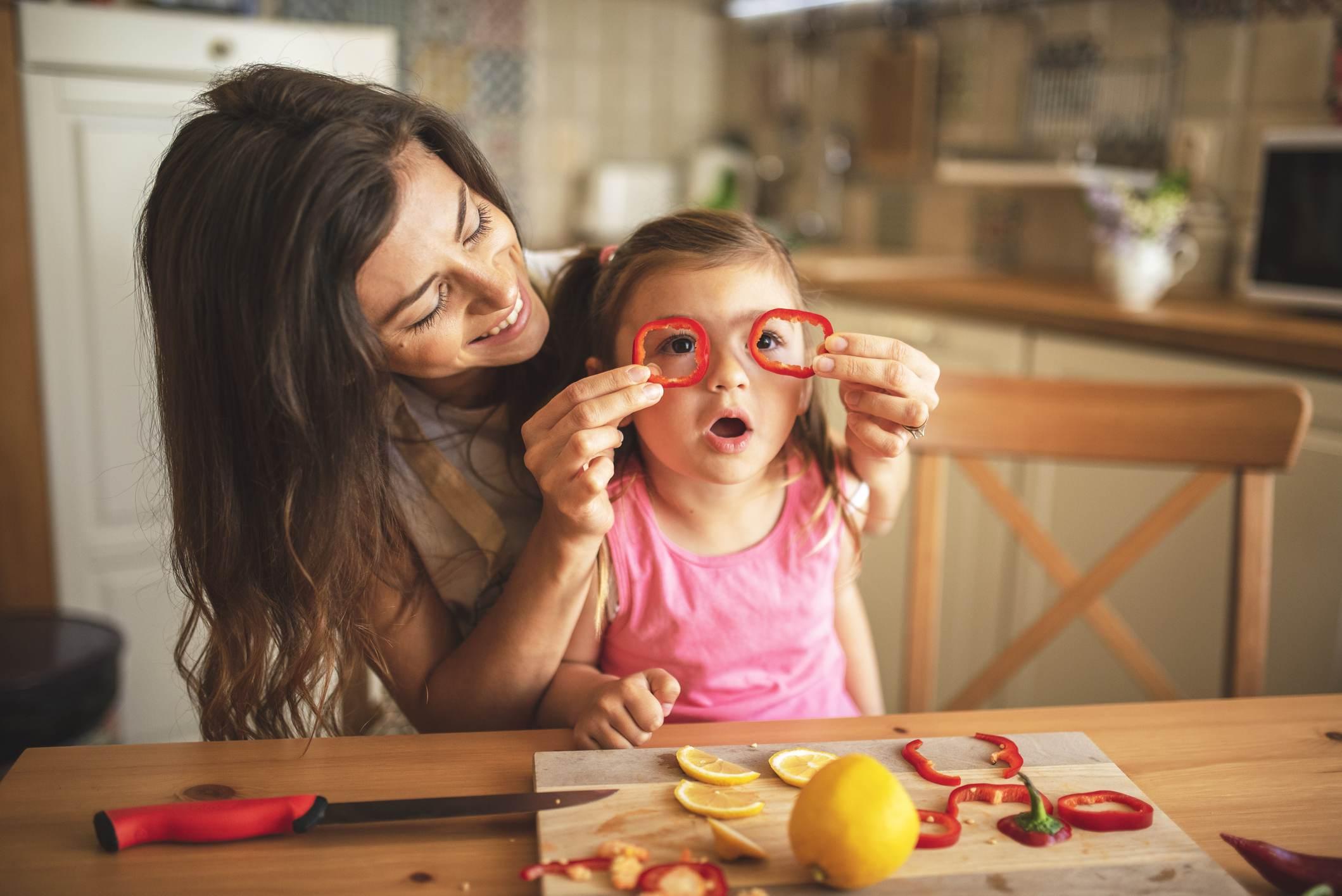 Crianças devem ser envolvidas em atividades da casa para reduzir uso de telas
