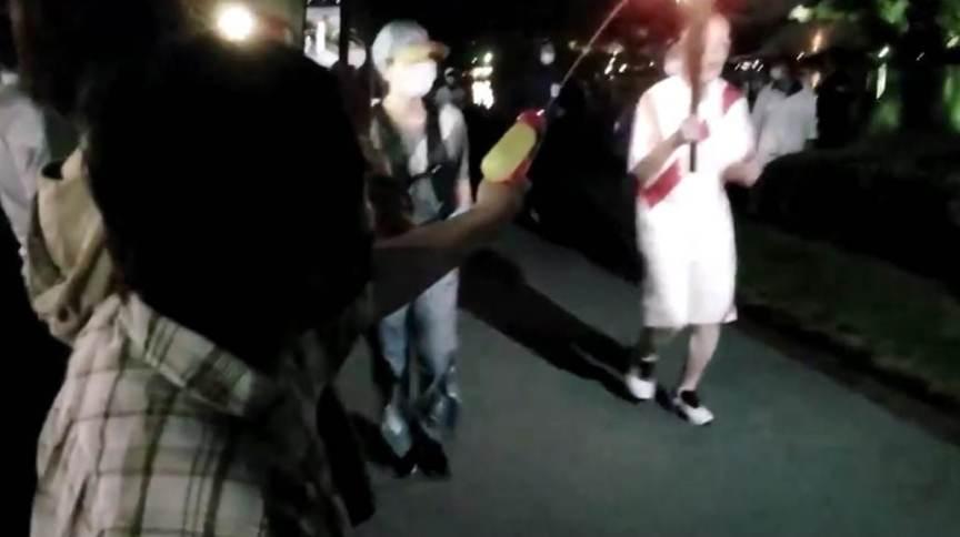 Mulher presa por supostamente atirar com pistola d'água contra o portador da tocha olímpica