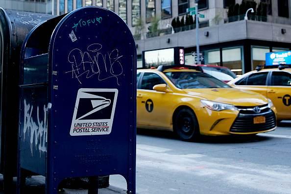 Caixa de correio do USPS é vista na Quinta Avenida, em 24 de fevereiro de 2021, na cidade de Nova York