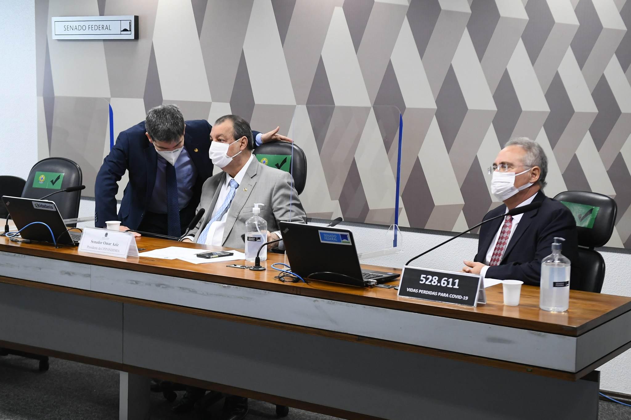 Randolfe Rodrigues, Omar Aziz e Renan Calheiros em sessão da CPI
