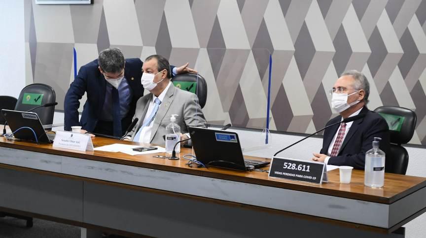 Vice-presidente da CPI, Randolfe Rodrigues (Rede-AP), fala com o presidente, Omar Aziz (PSD-AM); à direita, o relator, Renan Calheiros (MDB-AL)