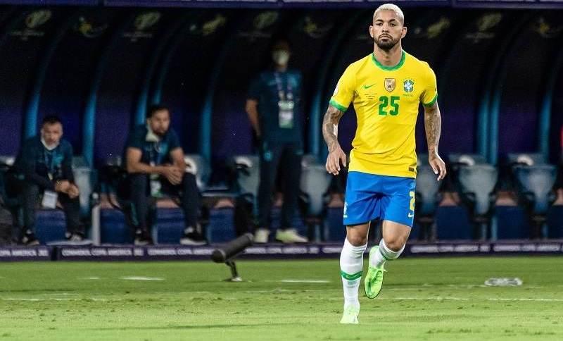 Ação pede que Douglas Luiz jogue com a 24 no lugar da 25