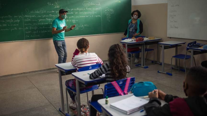 Estudantes de máscara acompanham aula em escola da Zona Leste de São Paulo