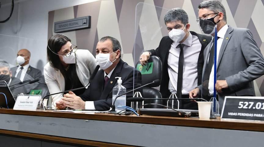 Senadores se reúnem em torno de Omar Aziz (PSD-AM) na CPI da Pandemia
